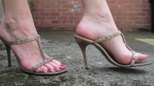 девушка в босоножках на высоких каблуках, фут фетиш