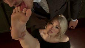 Парень сосет красивой девушке пальчики на ногах и лижет пятки, а потом она сделает ему фут джоб