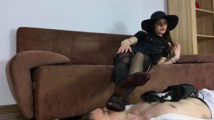 Фут фетиш, поклонение женским ступням. Девушка положила ножки в чулках прямо на лицо парня и заставила их нюхать