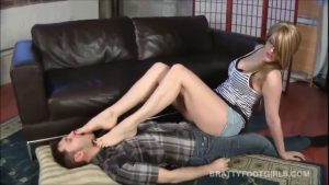 Девушка села на парня и положила ему на лицо свои потные ноги