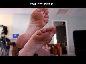 Фут фетиш с порно моделью. Грязные потные и вонючие женские ножки, поставила пятки на стол