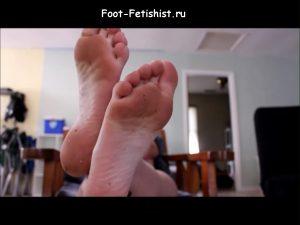 Потные женские ступни рыжей девушки, крупный план, видео и фото
