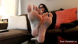 Фут фетиш, голые женские ножки. Ступни, пальцы и подошвы ног начальницы на столе. Девушка в очках сняла туфли и показала босые ноги
