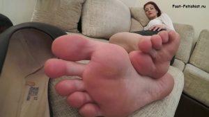 Девушка сняла старые туфли на высоких каблуках и заставила их нюхать, а еще целовать и лизать потные женские ноги - ступни, подошвы. Фут фетиш, вид от первого лица