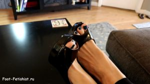 Женские ножки в туфлях на высоких каблуках с открытыми носами. Фото пальчиков на ногах крупным планом