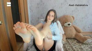 Потные и грязные босые женские ноги