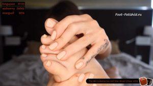 Девочка показывает на камеру пальцы ног, красивые педикюр