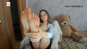 Девушка любит фут фетиш! Оближи ей ступни, целуй пятки и соси пальчики ног
